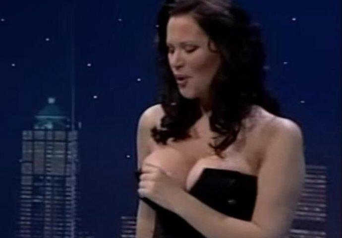 Jani ispale grudi usred nastupa: Uska haljina nije mogla da ih ...