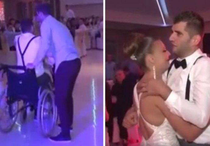 Izlazi s djevojkom u invalidskim kolicima