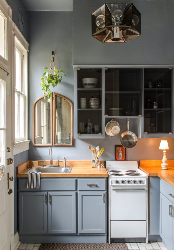 01-serenity-with-modern-blues-small-kitchen-idea-homebnc