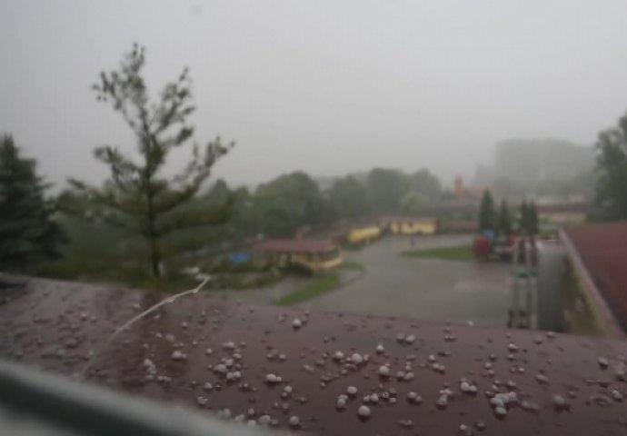 STIŽE STRAŠNO NEVRIJEME U BIH: Sa sjeveroistoka stiže oluja praćena grmljavinom i svakog trenutka se očekuje prolom !!!