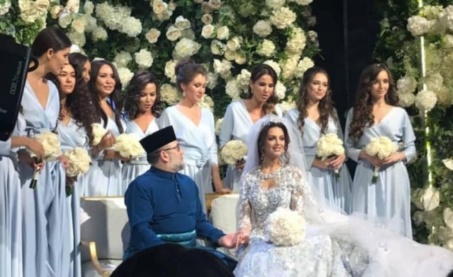 malaysian-social-media-buzzing-with-ydp-agong-beautiful-wedding-pictures-world-of-buzz