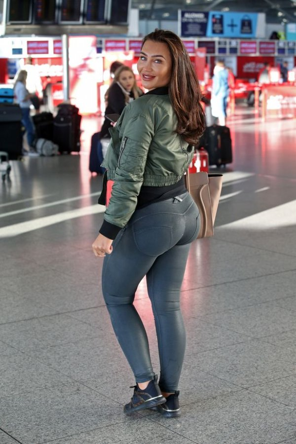 1-pay-exclusive-lauren-goodger-flies-out-of-the-uk