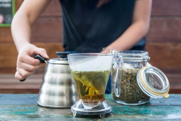 05-03-18-main-iced-teas-prepping-moroccan-mint-hand-on-kettle-small-1280x